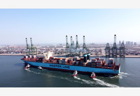 2月22日,一艘載有集裝箱的貨輪駛入天津港碼頭(趙子碩 攝).jpg